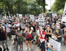 Manifestantes marchan cerca del Capitolio de Georgia después de un tiroteo durante la noche que involucró a un oficial del Departamento de Policía de Atlanta que dejó a un hombre negro muerto en un restaurante Wendy's en Atlanta. (Foto Prensa Libre: EFE)