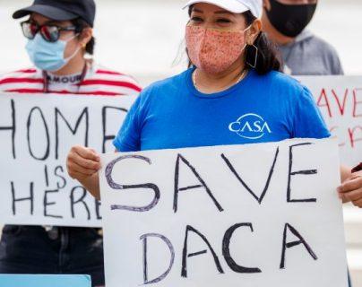 Un grupo de jóvenes inmigrantes y aliados se reúnen en anticipación de una decisión sobre el caso de Acción Diferida para los Llegados en la Infancia (DACA) frente a la Corte Suprema en Washington, DC, EE. UU., el 15 de junio de 2020. (Foto Prensa Libre: EFE)