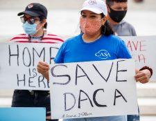 Un grupo de jóvenes inmigrantes y aliados se reúnen en anticipación de una decisión sobre el caso de Acción Diferida para los Llegados en la Infancia (DACA) frente a la Corte Suprema en Washington, DC, EE. UU., el 15 de junio de 2020. (Foto Prensa Libre: EFE).