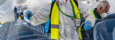 Miembros de los servicios de limpieza desinfectan uno de los aviones de la compañía Aireuropa, a su llegada esta tarde al Aeropuerto de Son San Joan de Mallorca. (Foto Prensa Libre: EFE)