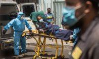 GU2001. CIUDAD DE GUATEMALA (GUATEMALA), 16/06/2020.- Paramédicos trasladan a un mujer con síntomas de coronavirus al hospital general San Juan de Dios en Ciudad de Guatemala. Guatemala tiene 10,272 casos confirmados de coronavirus y 399 muertes hasta la fecha. EFE/Esteban Biba