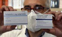 Un farmacéutico muestra dos envases de dexametasona en su farmacia de Santiago de Compostela, España. (Foto Prensa Libre: EFE)