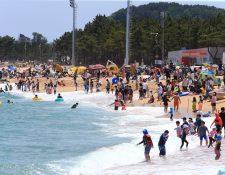 Visitantes abarrotan las playas de Sokcho, a unos 200 kilómetros al Este de Seúl, Corea del Sur. (Foto Prensa Libre: EFE)