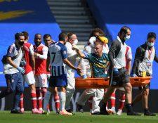Bernd Leno acusa a su rival desde la camilla. (Foto Prensa Libre: AFP)