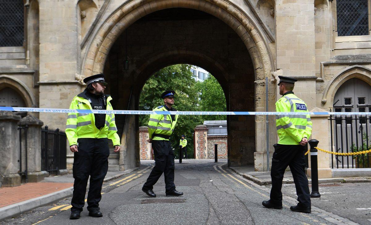 """Policía británica considera """"terrorista"""" el ataque con cuchillo que dejó tres muertos"""