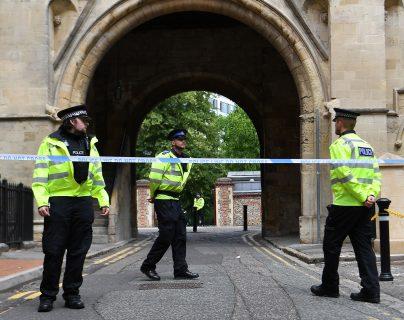 Un cordón policial cerca de la escena donde tres personas fueron apuñaladas en Forbury Gardens en Reading, Gran Bretaña. (Foto Prensa Libre: EFE)