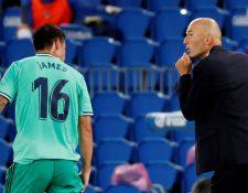 El entrenador del Real Madrid, Zinedine Zidane (d), conversa con James Rodríguez. (Foto Prensa Libre: EFE)