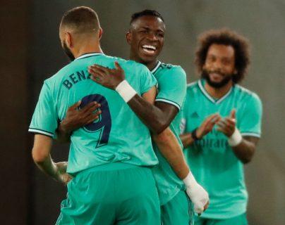 El delantero del Real Madrid Karim Benzemá (i) celebra con Vinicius (c) tras marcar el segundo gol ante la Real Sociedad. (Foto Prensa Libre: EFE)