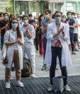 Estudiantes graduados de Medicina protestan en Italia en demanda de reconocimiento por su esfuerzo para enfrentar el coronavirus. (Foto Prensa Libre: AFP)