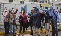 AME8299. CIUDAD DE GUATEMALA (GUATEMALA), 22/06/2020.- Periodistas guatemaltecos participan en una conferencia prensa con médicos que atienden pacientes con coronavirus el 30 de mayo de 2020 en Ciudad de Guatemala (Guatemala). El gremio periodístico de Guatemala, inmerso en una crisis económica y laboral acentuada por la pandemia del coronavirus, ha sido alcanzado por la COVID-19 con varios casos registrados en las últimas semanas. EFE/Esteban Biba