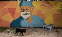 GU3002. CIUDAD DE GUATEMALA (GUATEMALA), 24/06/2020.- Vista del mural del pintor guatemalteco Kevin Pérez, en honor a los médicos que atienden el coronavirus, en Ciudad de Guatemala (Guatemala). Kevin Pérez un pintor de 26 años realiza un mural en honor a los médicos que fallecieron por coronavirus al atender a la población y los que siguen en los hospitales atendiendo la pandemia. Kevin pinta el mural a pocos metros del cementerio La Verbena en donde son enterradas las víctimas del virus en la Ciudad de Guatemala. EFE/ Esteban Biba