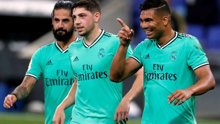 El centrocampista brasileño del Real Madrid Carlos Henrique Casemiro (d) celebra su gol. (Prensa Libre: EFE)