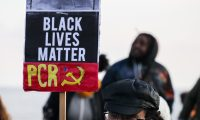 """AME9316. MONTEVIDEO (URUGUAY), 28/06/2020.- Organizaciones civiles participan en una concentración contra el racismo bajo la consigna """"Black Lives Matter"""" este domingo, en Montevideo (Uruguay). EFE/ Raúl Martínez"""