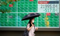 Tokyo (Japan), 29/06/2020.- A pedestrian walks past a stock market indicator board in Tokyo, Japan, 29 June 2020. Tokyo stocks dropped following economic concerns after the number of COVID-19 coronavirus infections reached 10 million worldwide. The 225-issue Nikkei Stock Average lost 517.04 points, or 2.30% to close under the 22,000 mark at 21,995.04. (Japón, Tokio) EFE/EPA/FRANCK ROBICHON