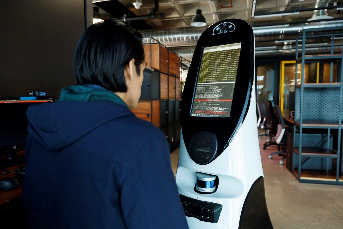 Robot mexicano es herramienta útil en la batalla para encontrar sospechosos de coronavirus