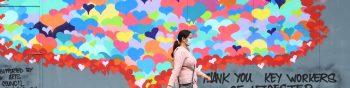 -FOTODELDÍA- NGH27. LEICESTER (REINO UNIDO), 30/06/2020.- Una mujer con máscara sanitaria pasa frente a un mural en agradecimiento al sector sanitario por su labor en la crisis del coronavirus, este lunes en Leicester (Reino Unido). El Gobierno británico ha dispuesto el confinamiento a partir de hoy de la ciudad de Leicester (centro inglés), debido al aumento de los casos de la COVID-19, mientras que en el resto de Inglaterra se mantiene la desescalada programada. EFE/ Neil Hall