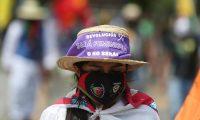 -FOTODELDIA- AME9703. CALI (COLOMBIA), 30/06/2020.- Una indígena marcha este martes por una avenida de Cali (Colombia). Los manifestantes de la Marcha por la Dignidad que partieron el pasado 25 de junio desde Popayán recorrerán las vías del país hasta llegar a Bogotá, con el fin de visibilizar la crisis de derechos humanos que viven las comunidades negras, campesinas e indígenas. En su paso por la capital del Valle reclamaron vivienda digna y expresaron rotundo rechazo a la violencia sexual y a los feminicidios en su contra. Así mismo, denunciaron el asesinato sistemático de líderes sociales y de los excombatientes de las Farc desmovilizados tras los Acuerdos de Paz. EFE/ Pablo Rodríguez