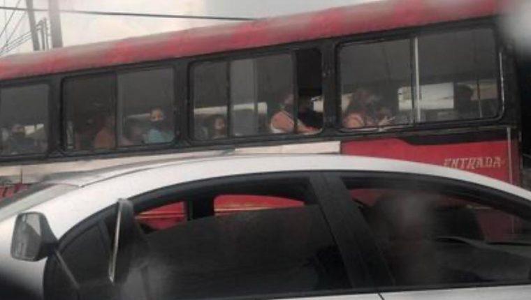 El bus rojo captado cuando circulaba en Mixco, el 10 de junio. (Foto Prensa Libre: Facilitada por Amílcar Montejo, director de comunicación de Emetra).