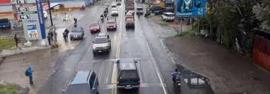 Tránsito en la cabecera de Chimaltenango este lunes. (Foto Prensa Libre: Víctor Chamalé).