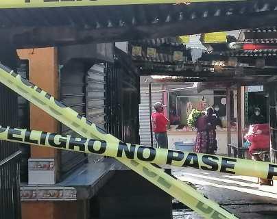 Coronavirus: Entre alegatos y empujones desalojan a vendedores informales del mercado Minerva en Xela