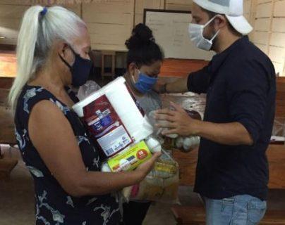 El pastor Danny Herrera comparte víveres como parte del acercamiento con la feligresía. (Foto Prensa Libre: Cortesía)