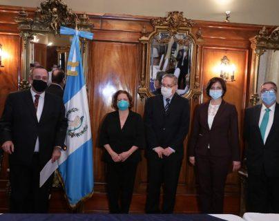 Giammattei destituye a Hugo Monroy como ministro de Salud y lo sustituye Amelia Flores
