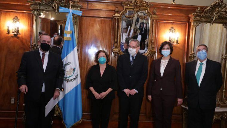 El presidente Alejandro Giammattei junto a los nuevos funcionarios del Ministerio de Salud. (Foto Prensa Libre: Presidencia).