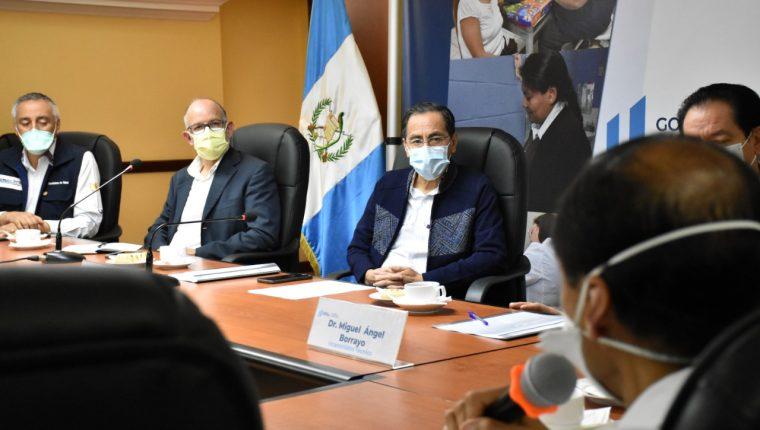 Edwin Asturias, director de la Coprecovid, y Hugo Monroy, ministro de Salud, durante una reunión. (Foto Prensa Libre: Ministerio de Salud).