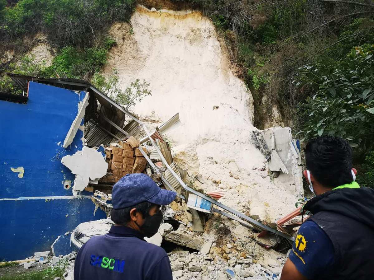 Derrumbe cae sobre un predio de vehículos en Ciudad San Cristóbal, Mixco