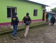 Agentes de la PNC y fiscales durante uno de los allanamientos. (Foto Prensa Libre: Ministerio Público).