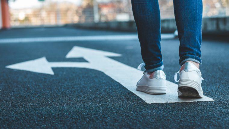 Aprender a tomar decisiones permite ser más consiente de su felicidad y trazar un mejor futuro, siempre considerando que equivocarse es un proceso natural de los seres humanos. . (Foto Prensa Libre: Shutterstock).