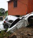 Carros dañados durante el paso de la tormenta tropical en Panchimalco, El Salvador. (Foto Prensa Libre: AFP)