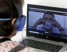 Un familiar habla por una videollamada con uno de los reos en Jalisco. (Foto Prensa Libre: AFP)