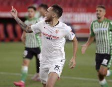 El argentino Lucas Ocampos celebra el primer gol para el Sevilla frente al Betis. (Foto Prensa Libre: AFP)
