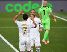 Eden Hazard (7) celebra con Sergio Ramos, después de la anotación de su capitán. Hazard lo asistió. (Foto Prensa Libre: AFP)