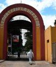 En el cementerio La Verbena en la capital guatemalteca es utilizado para sepultar a fallecidos por coronavirus. (Foto Prensa Libre: EFE)