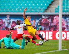 Erling Braut Haaland en el momento que anota el segundo gol del Borussia frente al Leipzig. (Foto Prensa Libre: AFP).