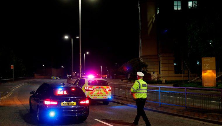 Agentes de la policía establecen cordón de seguridad en Reading, Reino Unido, luego de un ataque con cuchillo que dejó a tres personas fallecidas. (Foto Prensa Libre: Agence France Presse)