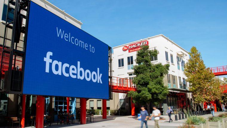 Facebook tomó una postura entre eliminar contenidos o no intervenir. (Foto Prensa Libre: AFP)