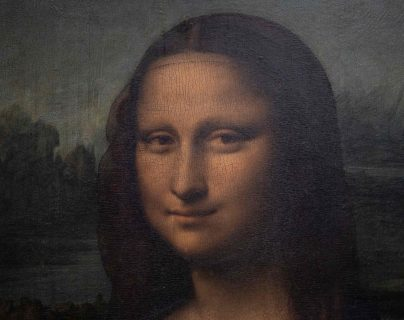 La Mona Lisa es exhibida como un tesoro en el Museo Louvre, en París. (Foto Prensa Libre: AFP)