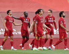 Los jugadores del Liverpool celebran el primer gol de su equipo. (Foto Prensa Libre: AFP)