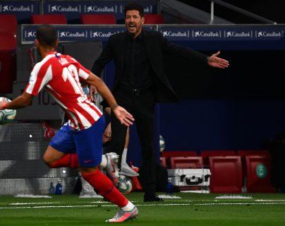 Diego Simeone quiere ganar en el Camp Npu y esperar aprovechar el bajón del Barcelona. (Foto Prensa Libre: AFP)