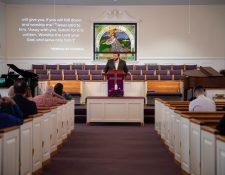 El reverendo Chris Thomas da un sermón en la Primera Iglesia Bautista de Williams en Jacksonville, Alabama, el 1.° de marzo de 2020. (Calla Kessler/The New York Times)