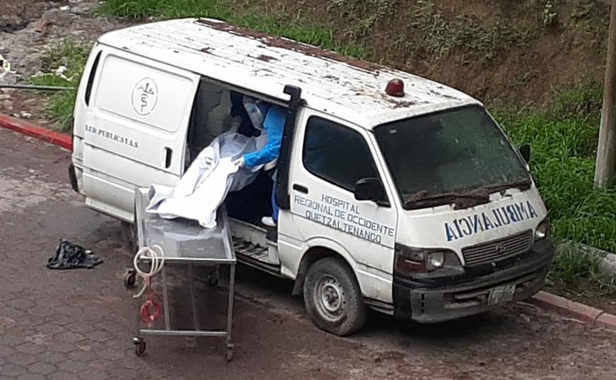 Coronavirus | Hospital de Xela utiliza una vieja ambulancia como depósito de cadáveres de los fallecidos por covid-19