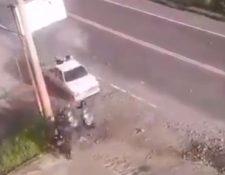 Momento en que agentes antimotines fueron arrollados por supuestos contrabandistas en San Marcos. (Foto Prensa Libre: PNC).