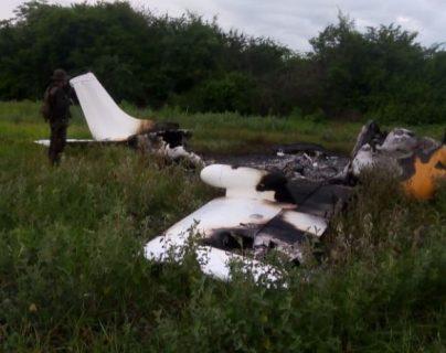 Avioneta que fue localizada quemada en Retalhuleu. (Foto Prensa Libre: Ejército de Guatemala).