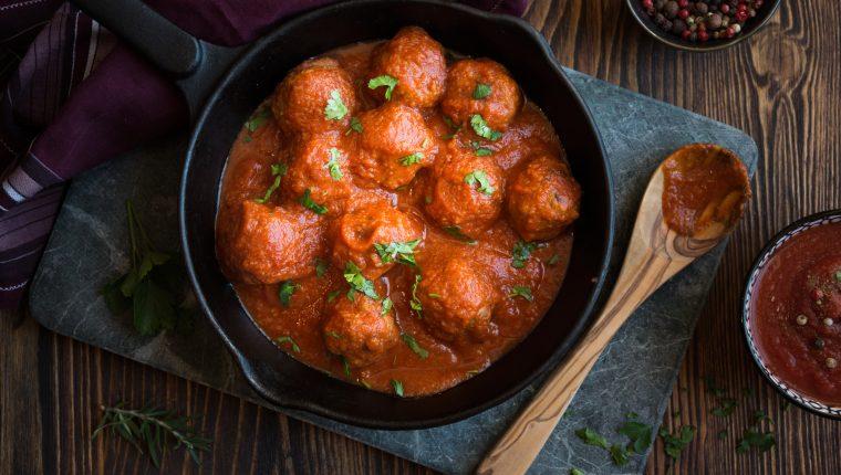 Si a alguno en casa  le disgusta el sabor que da el huevo a la carne puede agregar una cucharadita de hierbabuena bien picada.  Foto Prensa Libre ShutterStock