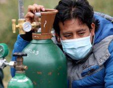 La pandemia del covid-19 ha llevado a varias personas en el Perú a tener que hacer largas filas para poder proveerse de oxígeno.