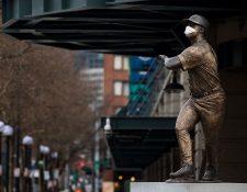 Una estatua de Ken Griffey Júnior con un cubrebocas en el T-Mobile Park de Seattle, el jueves 26 de marzo de 2020. (Ruth Fremson / The New York Times)