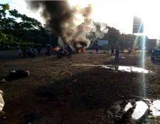 El paso de vehículos se halla interrumpido en la ruta al suroccidentes. (Foto Prensa Libre)